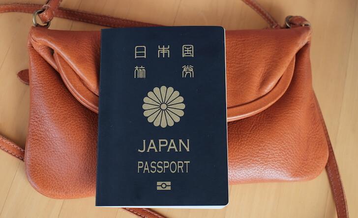 パスポートとバッグ
