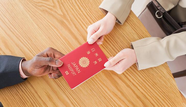 入国審査でパスポートを渡す時