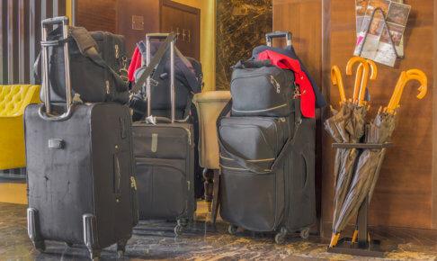 スーツケースと傘