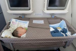 バシネットに寝る赤ちゃん