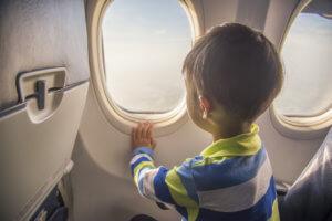 飛行機の座席に座る子供