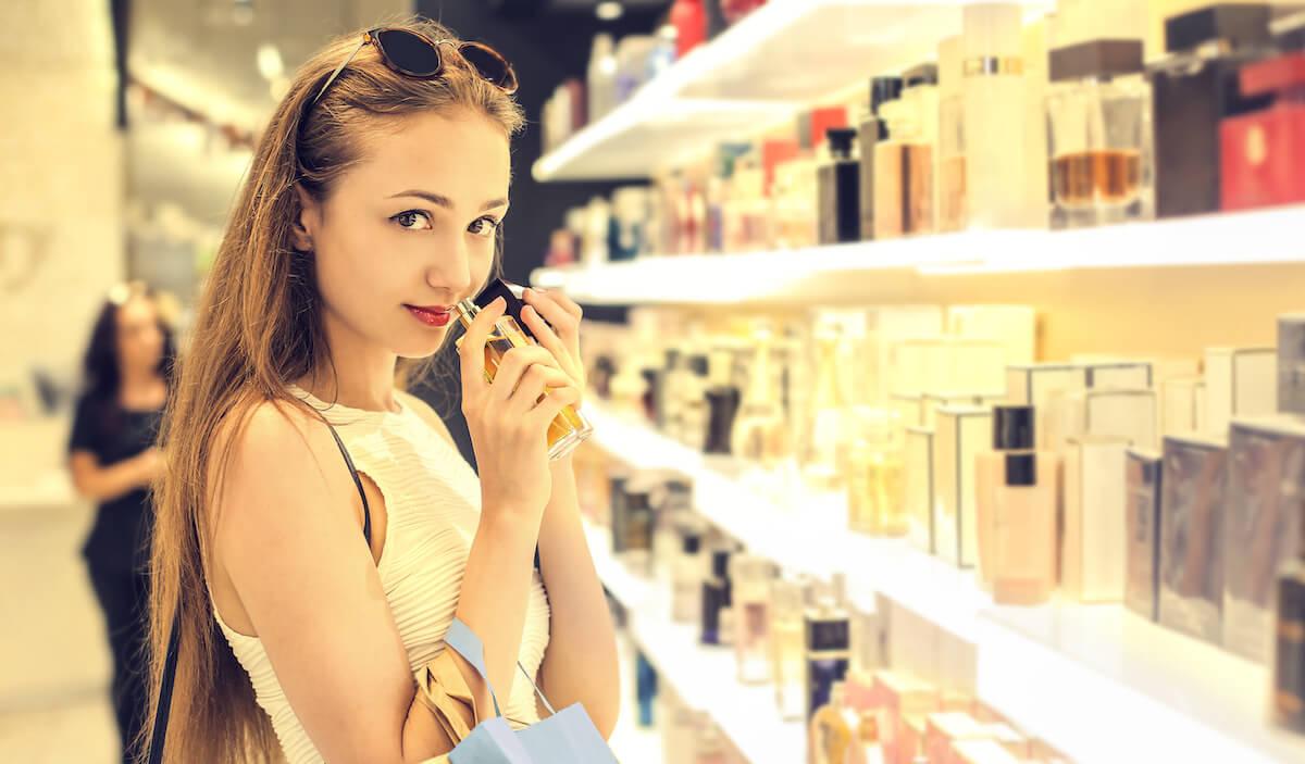 空港のduty free shopで香水を検討する女性