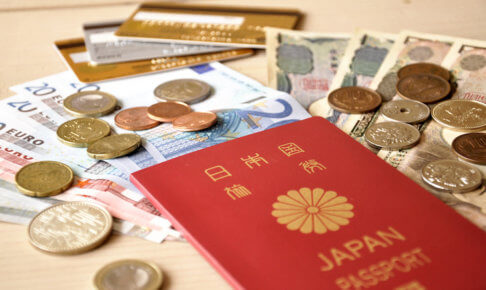 出国のためのパスポートと、出国税のためのお金