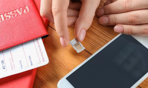 SIMカードを挿入する手