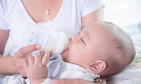 哺乳瓶でお乳を飲む赤ちゃん