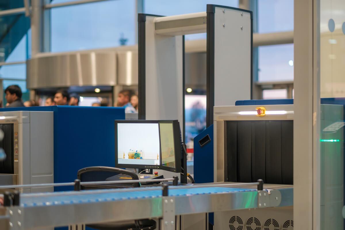 空港の金属探知機