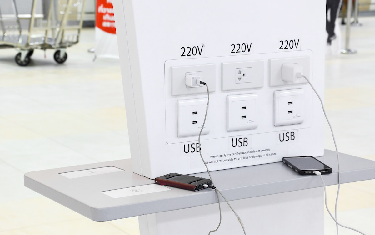 空港で充電されているスマートフォン