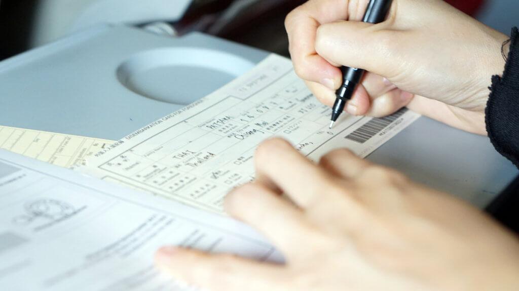 【CA直伝】到着後に慌てない!出入国カードの書き方や書くタイミングの画像