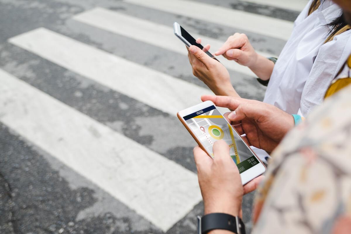 マップアプリを使う旅行者
