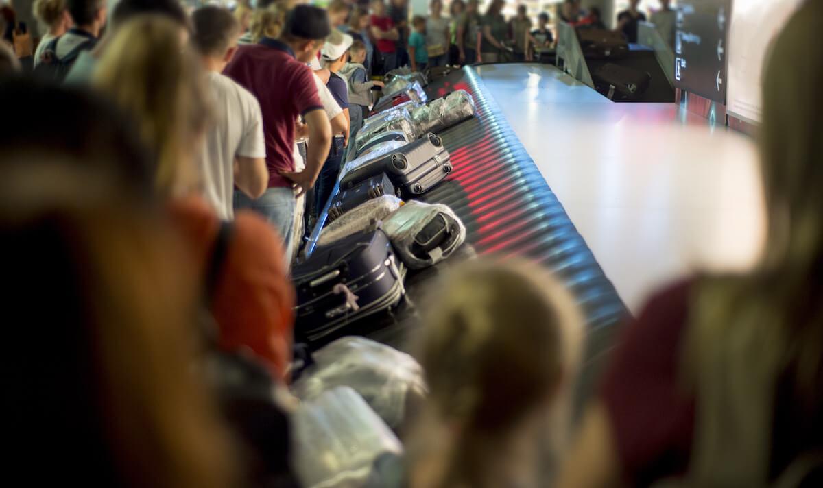 バゲージクレームで預け入れ荷物を待つ人たち