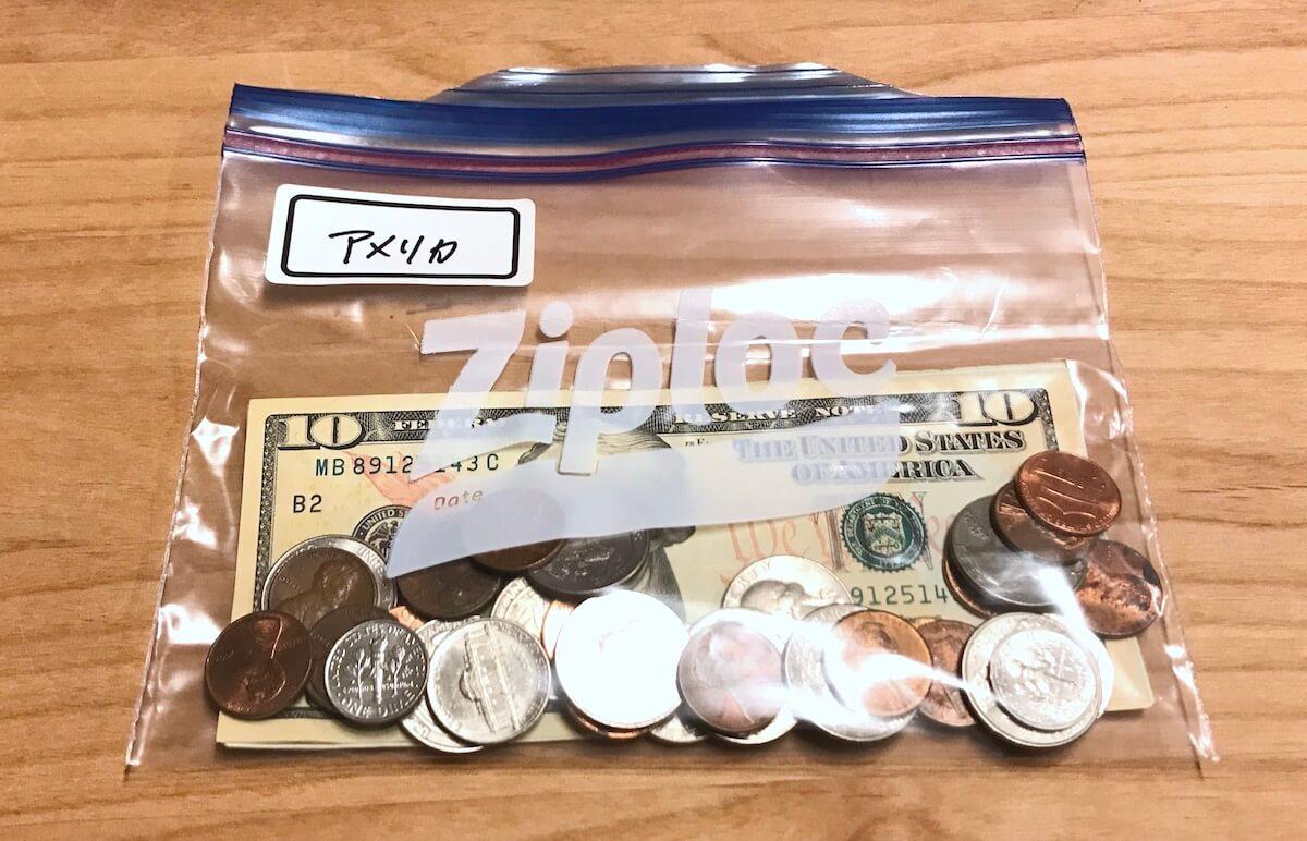 米ドルの入ったジップロックのお財布