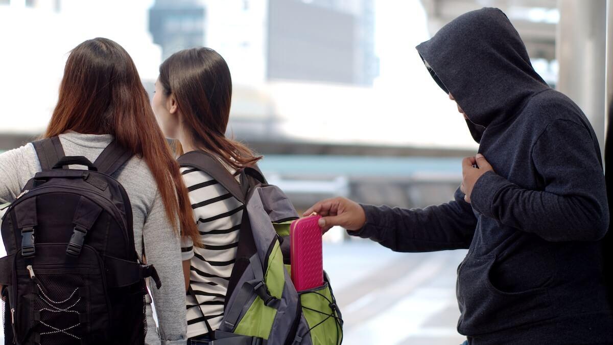 リュックの後ろから財布を盗まれる女性