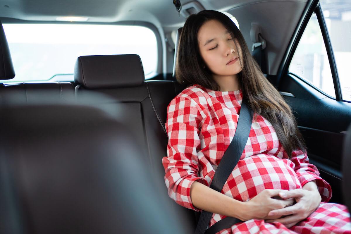 車で病院に向かう妊婦さん