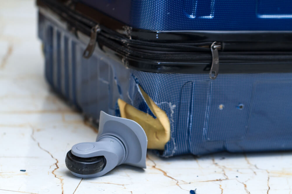 キャスターが壊れたスーツケース