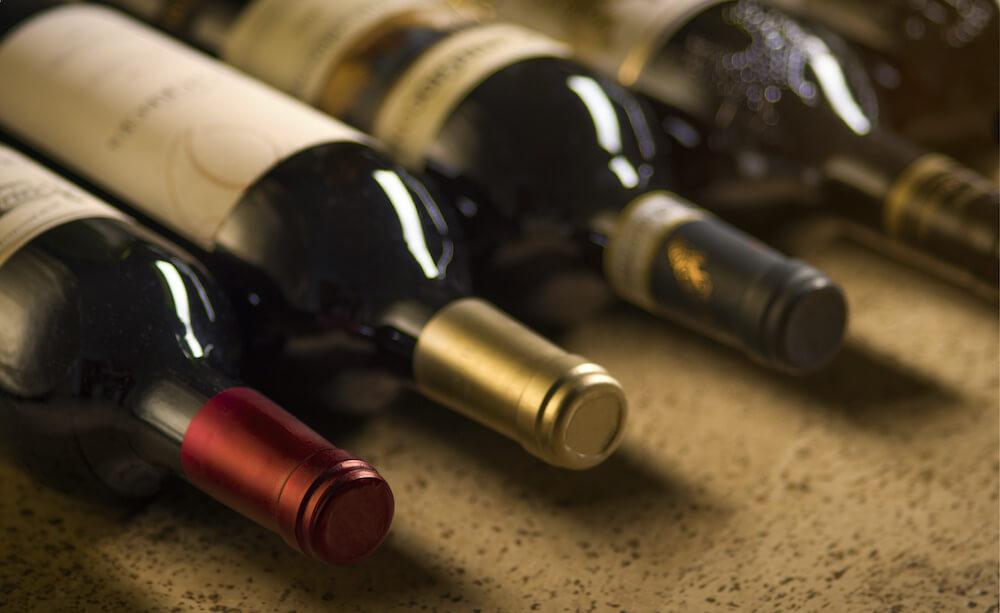 4本のワインボトル