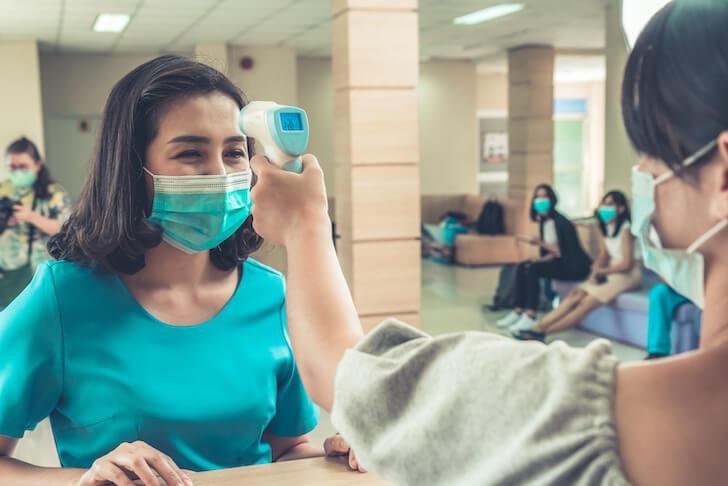 海外の病院で検温される女性